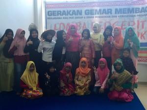 Kepala Badan Perpustakaan dan Arsip Kota Pekanbaru bersama peserta lomba