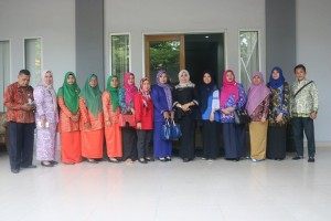 Foto bersama di halaman depan Kantor Dinas Perpustakaan dan Kearsipan Kota Pekanbaru