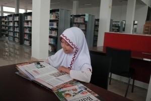 Alya di ruang perpustakaan umum Kota Pekanbaru