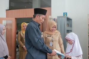 Alya Membaca buku di Dispusip Kota Pekanbaru