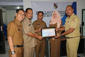Menyerahkan Seritfikat Arsip Dokument Foto Kegiatan Walikota Pekanbaru di dinas komunikasi11