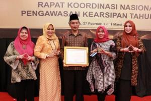 Wakil Wali Kota Pekanbaru Ayat Cahyadi foto bersama usai menerima penghargaan Arsip