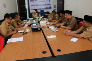 Para peserta rapat mendengarkan arahan dari Kepala Dinas Perpustakaan dan Kearsipan Kota Pekanbaru