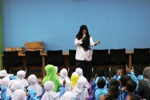 TK Islam Terpadu Al Mahira sedang mendengarkan dongeng