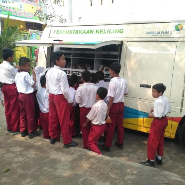 antusias anak-anak ke mobil perpustakaan keliling