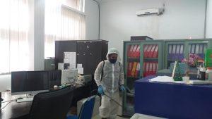 Cegah Penyebaran Covid-19, BPBD Pekanbaru Lakukan Desinfeksi di Kantor Dispusip (1)