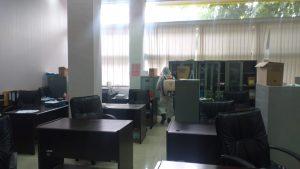 Cegah Penyebaran Covid-19, BPBD Pekanbaru Lakukan Desinfeksi di Kantor Dispusip (2)